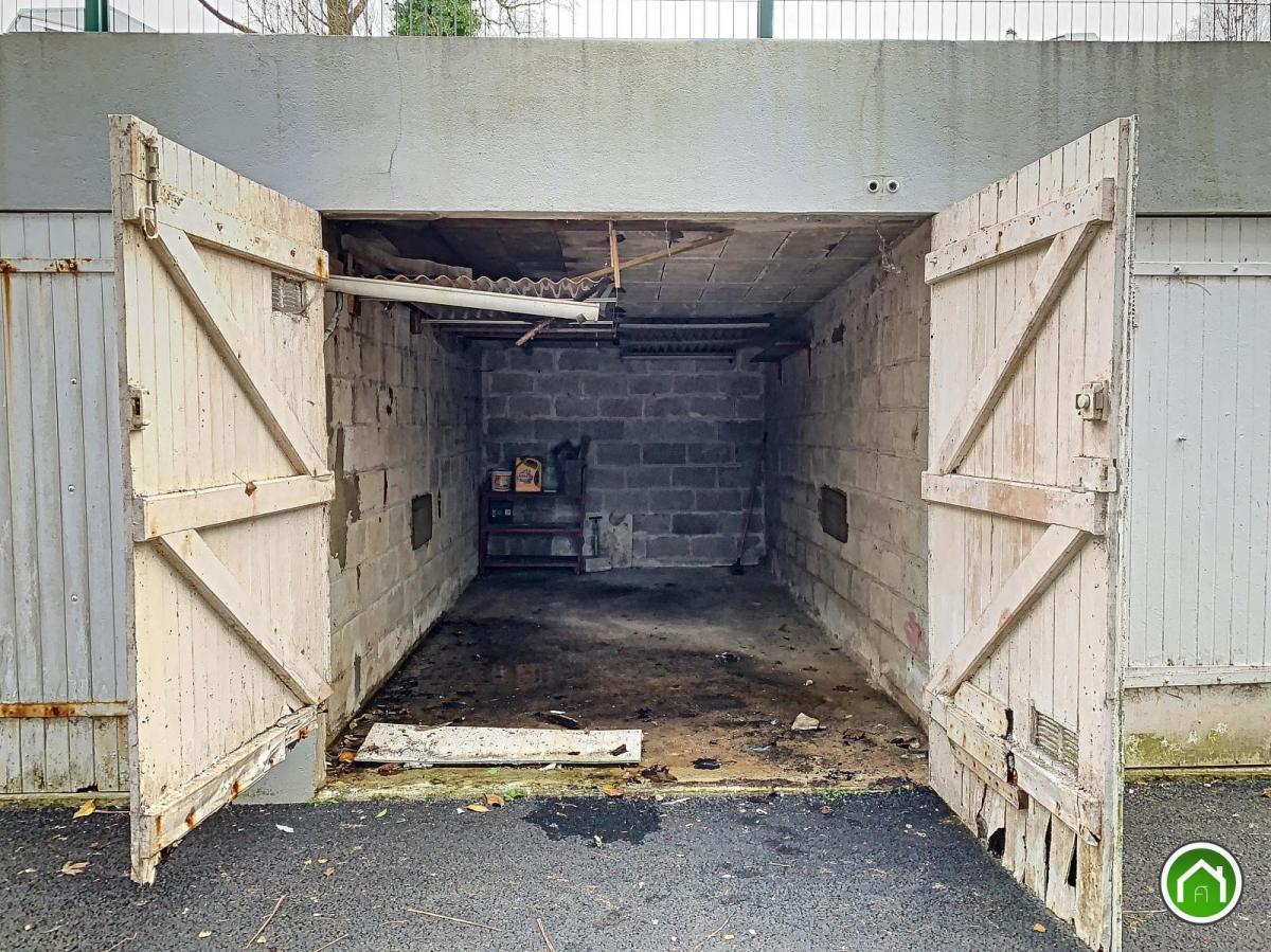 BREST : en impasse, garage fermé avec accès aisé