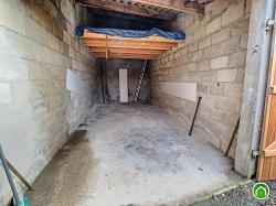 BREST : grand garage fermé avec mezzanine en retrait de la rue