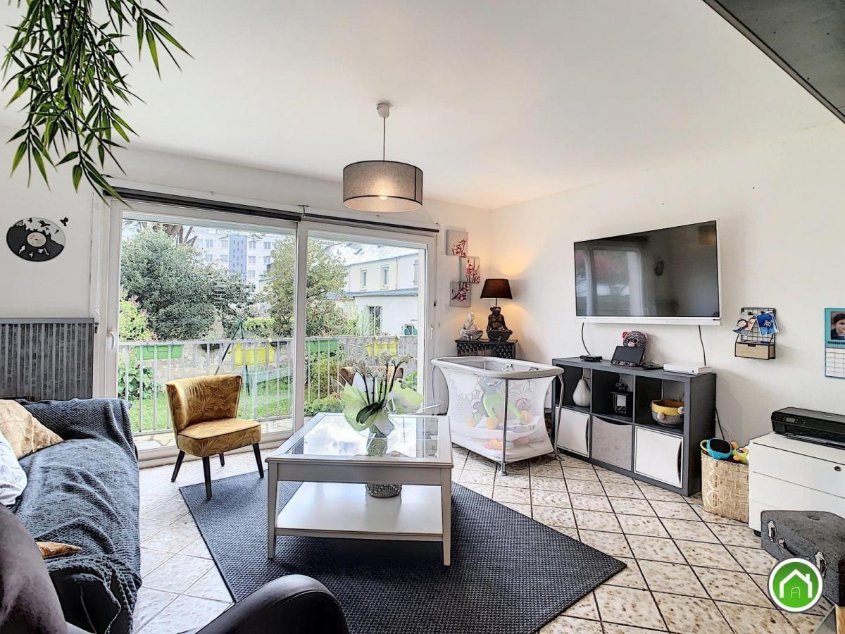 LAMBE : jolie maison de ville avec 6 chambres, garage, cour et jardinet clos