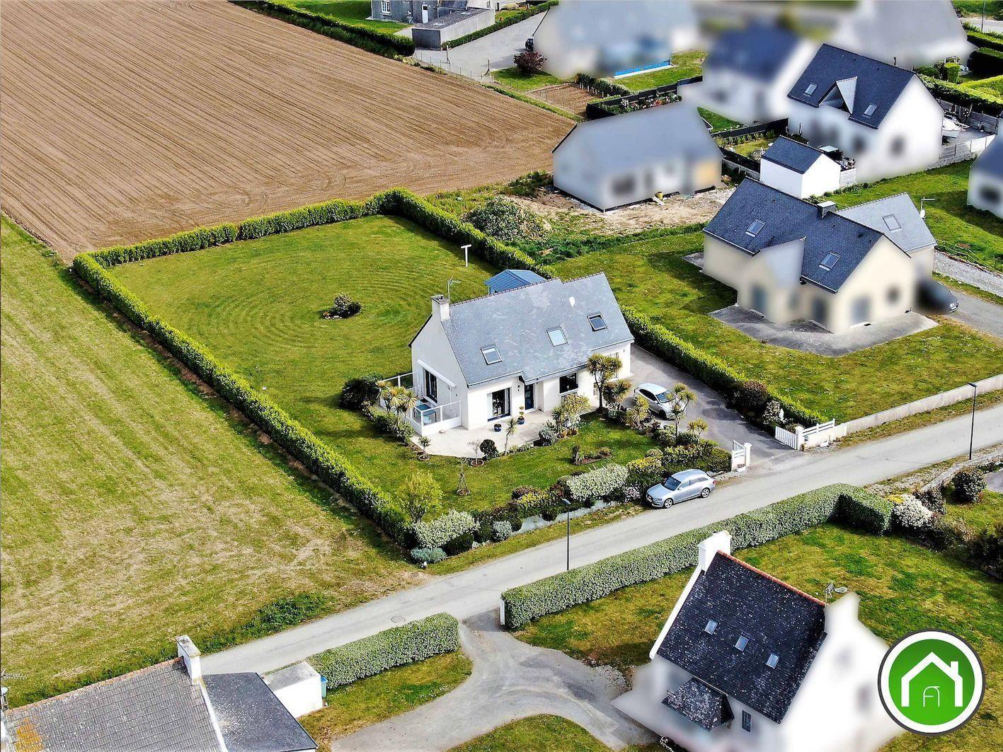 LAMPAUL PLOUDALMEZEAU : Jolie villa T7 avec vue mer et terrain constructible