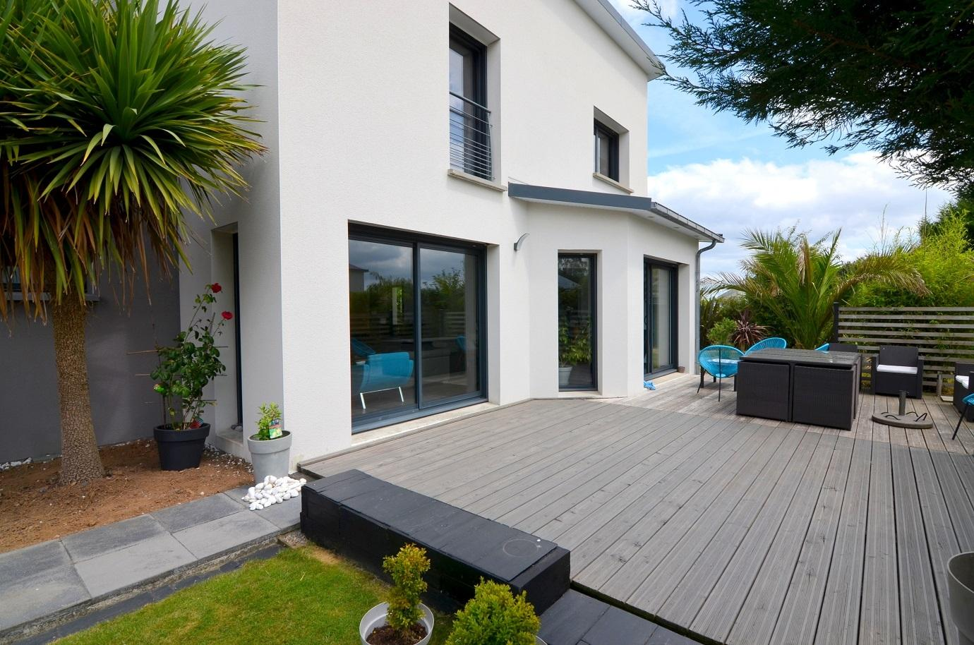 Ravissante contemporaine BBC de 166m² avec 4 chambres, terrasses, garage et jardin paysagé