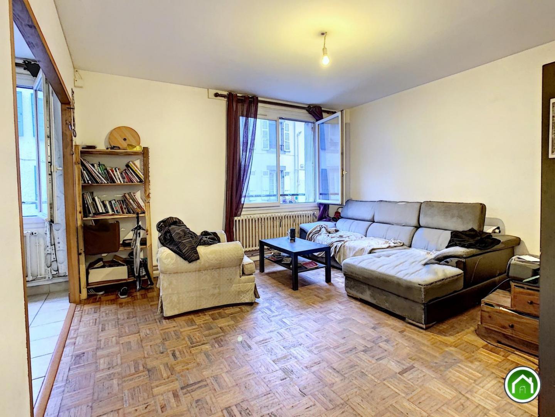 CENTRE-VILLE ST MARTIN : bien placé dans un petit immeuble, appartement avec deux chambres