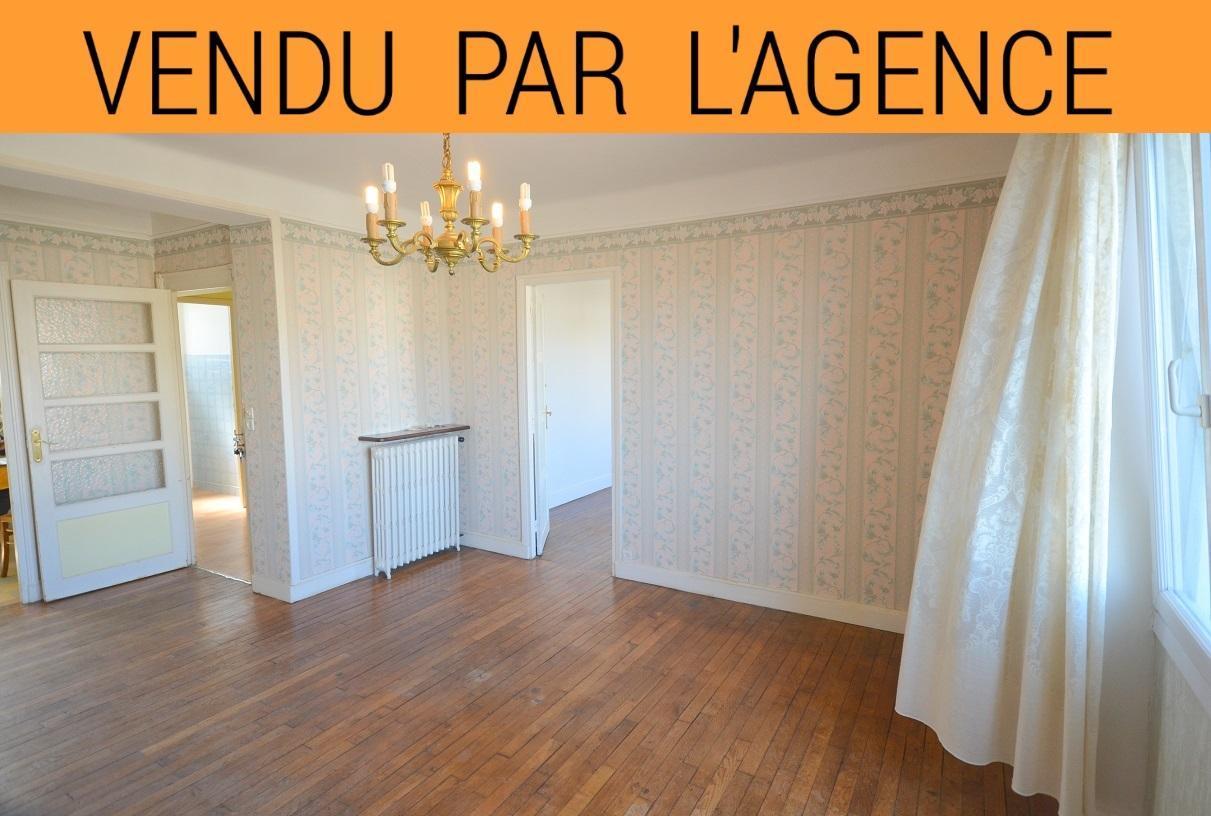 PROCHE CENTRE VILLE: vaste appartement 3 chambres avec du cachet et un beau potentiel