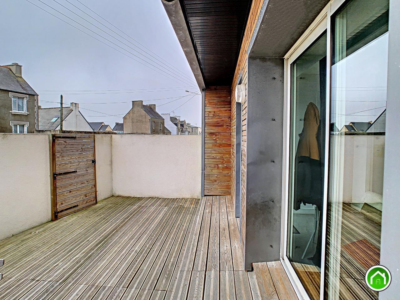 PLOUDALMEZEAU : lumineux appartement 2 chambres avec terrasse et stationnement